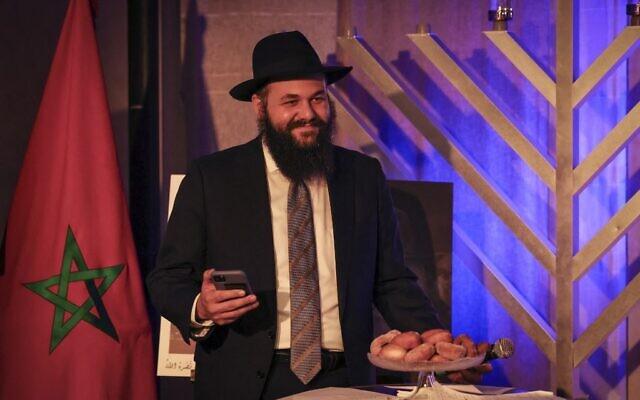 Un rabbin marocain lors d'une cérémonie qui se déroule la cinquième nuit de la fête juive de Hanoukka, le 14 décembre 2020 à Casablanca. (Crédit : FADEL SENNA / AFP)