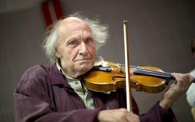 Le violoniste israélien Ivry Gitlis pose alors qu'il se produit lors d'une répétition avec l'ensemble musical baroque Una Stella à Marseille, dans le sud de la France, le 9 août 2011. (Crédit :  BERTRAND LANGLOIS / AFP)