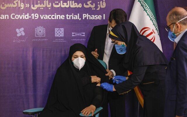 Une femme reçoit une injection au cours de la première phase d'essai d'un vaccin iranien de fabrication locale contre la COVID-19 à Téhéran, la capitale iranienne, le 29 décembre 2020. (Crédit : AFP)
