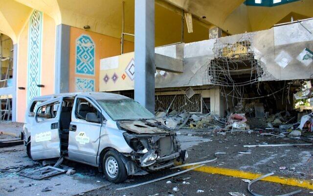 Une camionnette endommagée devant l'aéroport de la ville d'Aden, dans le sud du Yémen, le 31 décembre 2020, après que des explosions ont eu lieu dans le bâtiment, tuant et blessant des dizaines de personnes. (Crédit : Saleh Al-OBEIDI / AFP)