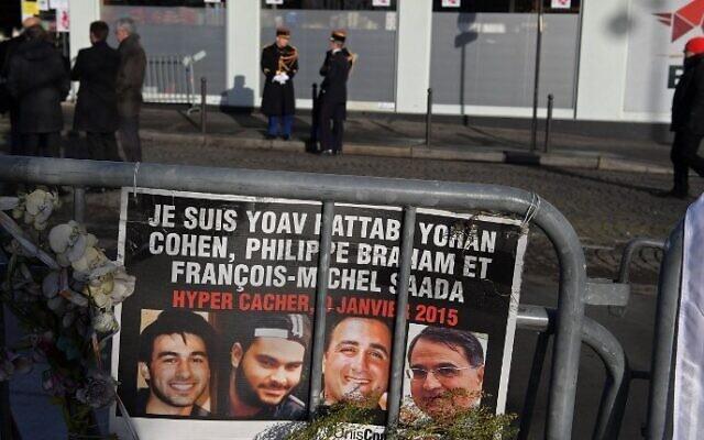 Des gardes républicains se tiennent devant le supermarché Hyper Cacher avant une cérémonie marquant le deuxième anniversaire de l'attentat meurtrier perpétré contre le magasin à Paris le 5 janvier 2017. (Crédit : AFP/Christophe Archambault)