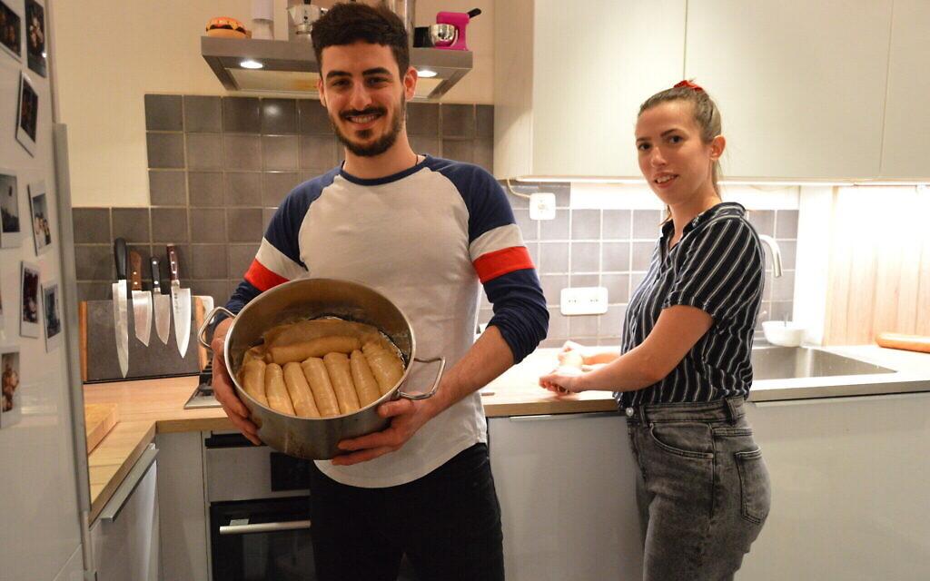 Gal Garber et Mathilde Lair préparent le jachnun dans leur appartement à Amsterdam, le 20 novembre 2020. (Crédit  : Mathilde Lair/ via JTA)