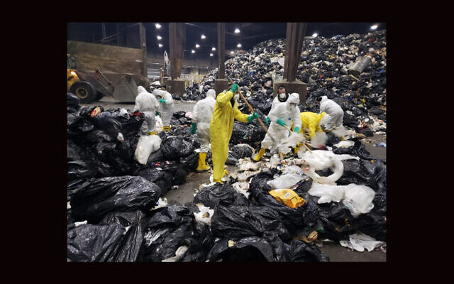 Le département sanitaire de la ville de New York aide à un homme à retrouver ses tefillin perdus en décembre 2020 (Crédit : New York City Department of Sanitation via JTA)