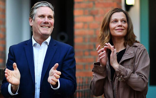 Le dirigeant travailliste Keir Starmer et son épouse Victoria applaudissent devant leur domicile le 14 mai 2020 à Londres, en Angleterre. (Justin Setterfield / Getty Images via JTA)