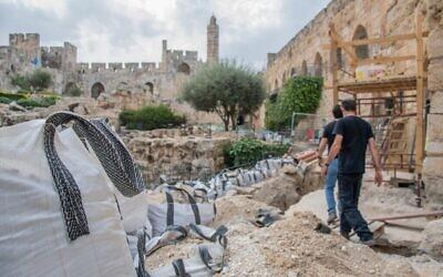 Amit Re'em, archéologue du district de Jérusalem à l'Autorité israélienne des antiquités, dirige les archéologues du musée de la Tour de David. (IAA)