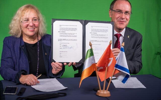 Le professeur Daniel Chamovitz, président de l'Université Ben-Gurion du Néguev (à droite) et la vice-présidente de l'université pour l'engagement mondial, la professeure Limor Aharonson-Daniel (à gauche) signent l'accord sur l'institut de recherche agricole en Inde lors d'une cérémonie à Beer Sheva, en novembre 2020. (Crédit : Dani Machlis/BGU)