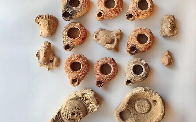 Les lampes à huile découvertes lors des fouilles de Beit Nattif à Beit Shemesh. (Crédit : Itai Aviv/Autorité israélienne des antiquités)