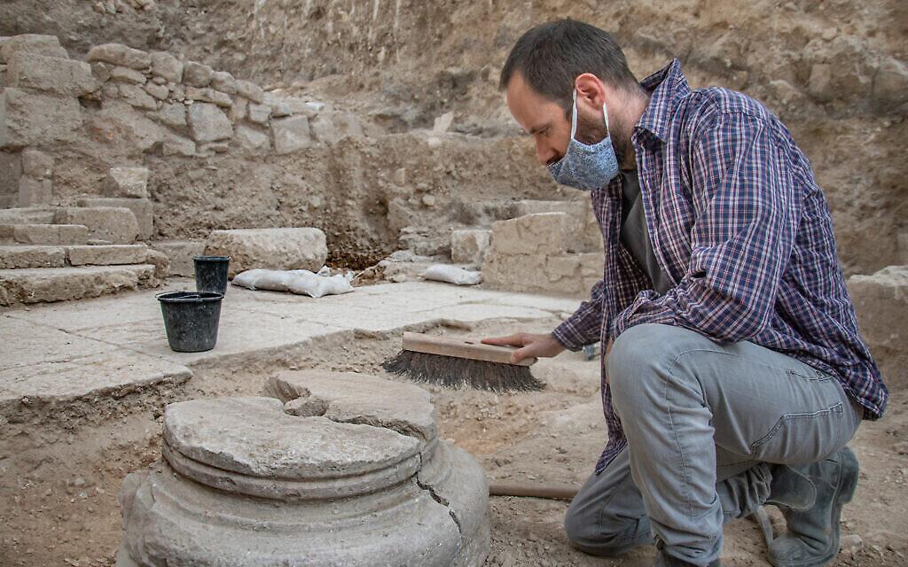 David Yeger, directeur des fouilles à Gethsémani, à Jérusalem, dans l'église byzantine. (Crédit : Yoli Schwartz/ Autorité israélienne des antiquités)