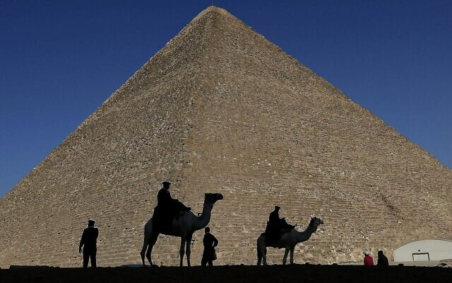 Photo d'illustration : Des policiers en silhouette devant la grande pyramide de Giza, en Egypte. (Crédit : AP Photo/Hassan Ammar, File)