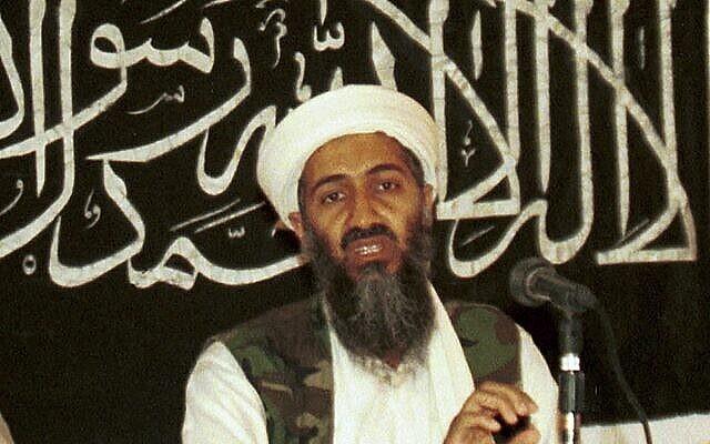 Oussama ben Laden lors d'une conférence de presse à Khost, en Afghanistan, en 1998 - une photo rendue publique le 19 mars 2014. (Crédit : AP Photo/Mazhar Ali Khan, File)