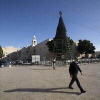 Un homme marche devant l'église de la Nativité, traditionnellement considérée comme le lieu de naissance de Jésus-Christ, dans la ville de Bethléem en Cisjordanie, le 23 novembre 2020. (AP Photo/Majdi Mohammed)