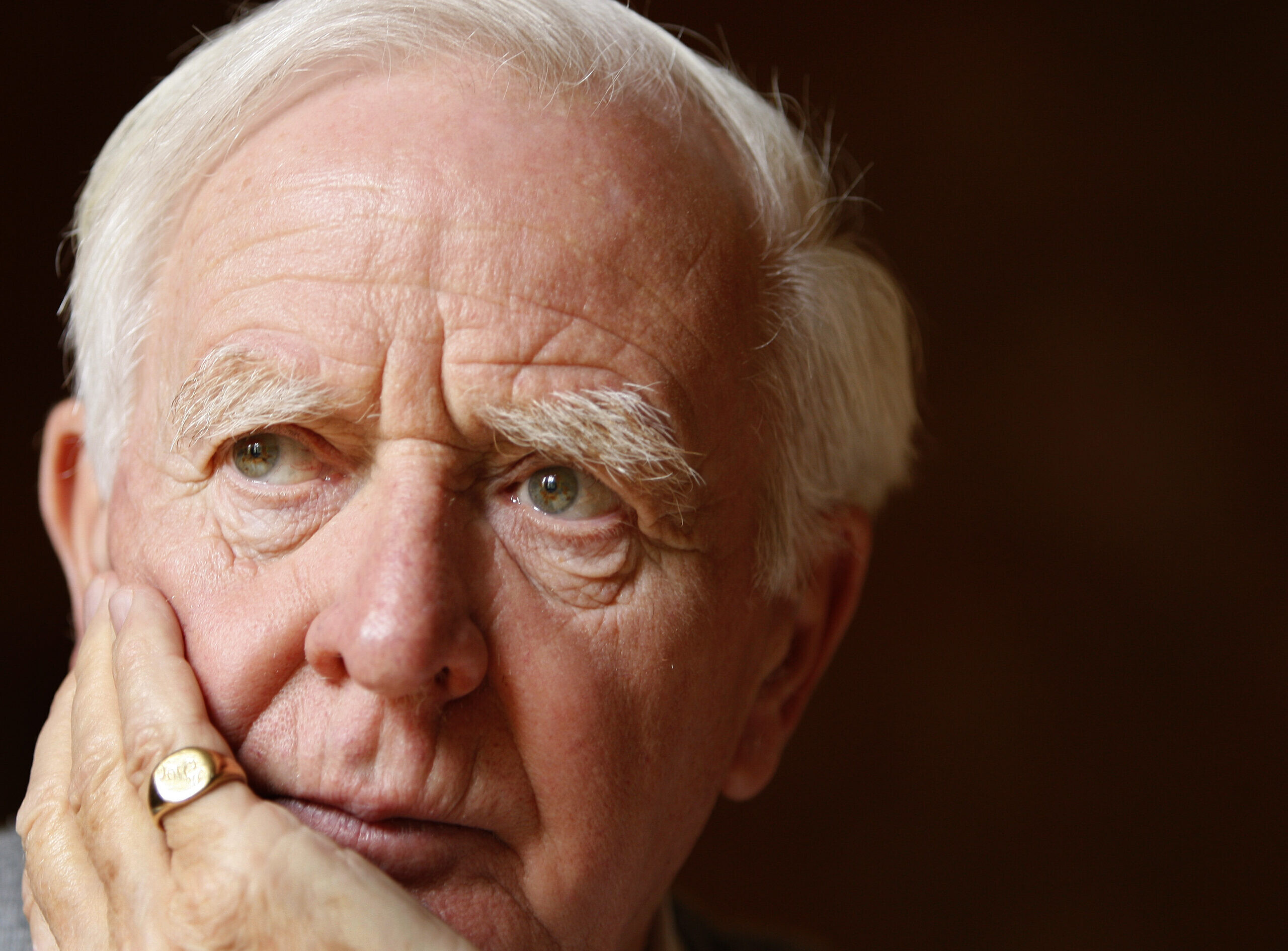 L'auteur John le Carré, de son vrai nom David Cornwell, chez lui à Londres, le jeudi 28 août 2008. (Kirsty Wigglesworth/AP)
