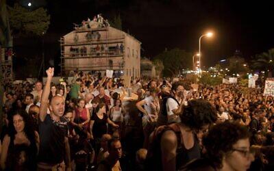 Des milliers d'Israéliens manifestent contre le coût de la vie croissant en Israël au centre de Tel Aviv, le 6 août 2011. (Crédit : AP Photo/Oded Balilty, File)