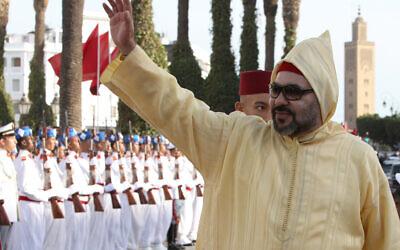Le roi marocain Mohammed VI salue la foule à son arrivée à la session d'ouverture du parlement marocain à Rabat, le vendredi 12 octobre 2018. (Crédit : AP Photo/Abdeljalil Bounhar)