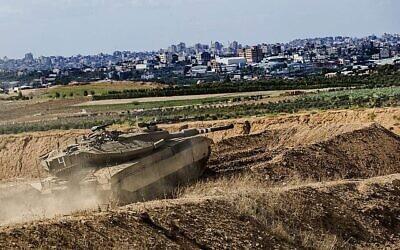 Illustration : Un char israélien prend position à la frontière de la bande de Gaza, le 27 octobre 2018. (AP / Tsafrir Abayov)