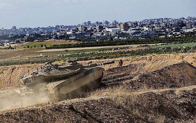 File : Un char israélien prend position à la frontière de la bande de Gaza, le 27 octobre 2018. (AP / Tsafrir Abayov)