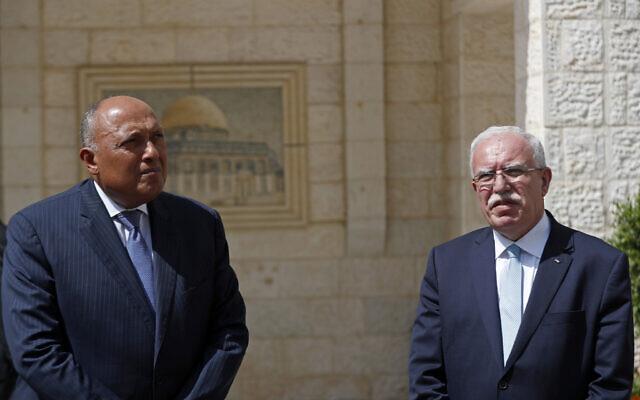 Le ministre égyptien des Affaires étrangères Sameh Shoukry, (à gauche), fait une déclaration commune avec le ministre palestinien des Affaires étrangères Riyad al-Maliki, dans la ville de Ramallah en Cisjordanie, le lundi 20 juillet 2020. (Mohamad Torokman/Pool via AP)