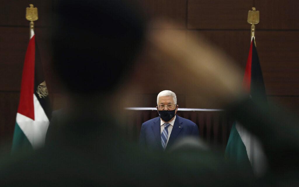 Le président de l'Autorité palestinienne Mahmoud Abbas lors d'une réunion avec les dirigeants palestiniens pour discuter de l'accord de normalisation des relations entre les Émirats arabes unis et Israël, dans la ville de Ramallah, Cisjordanie, le 18 août 2020. (Mohamad Torokman/Pool via AP)