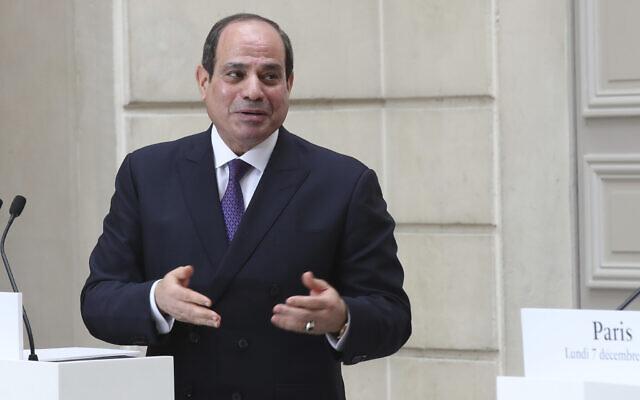 Le président égyptien Abdel-Fattah el-Sissi pendant une conférence de presse à l'Elysée, à Paris, le 7 décembre 2020. (Crédit : Michel Euler/AP)