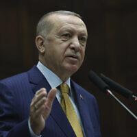 Le président turc Recep Tayyip Erdogan s'exprime devant les députés de son parti  à Ankara, en Turquie, le 23 décembre 2020. (Crédit : Présidence turque via l'AP, Pool)