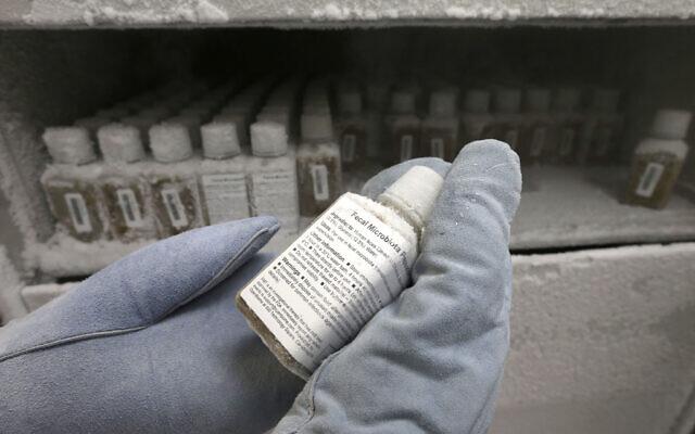 Une fiole contenant une solution à base de matière fécale humaine, gelée à moins 80 degrés, dans un laboratoire OpenBiome laboratory, in Medford,  dans le Massachussets, le 14 juin 2019. (Crédit : AP Photo/Steven Senne)