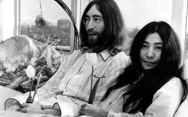John Lennon et sa femme, Yoko Ono, font un bed-in pour la paix dans la chambre 902, la suite présidentielle de l'hôtel Hilton à Amsterdam, le 25 mars 1969. (Crédit : AP Photo)