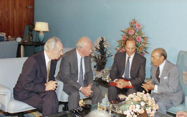 Le roi Hassan II du Maroc, à droite, discute avec le Premier ministre israélien Yitzhak Rabin, deuxième à gauche, et le ministre des Affaires étrangères Shimon Peres, à gauche, au palais royal de  Skhirat à Rabat, au Maroc, le 14 septembre 1993. (Crédit : AP Photo/Nati Harnik)