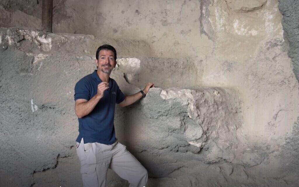 L'archéologue Amit Reem près du bain rituel de Gethsémani sur le mont des Oliviers, à Jérusalem. (Crédit : Yaniv Berman/ Autorité israélienne des antiquités)
