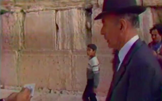 L'ancien président français Valéry Giscard d'Estaing en visite privée au mur Occidental à Jérusalem, en Israël, en janvier 1984. (Crédit : Antenne 2 / INA.fr)