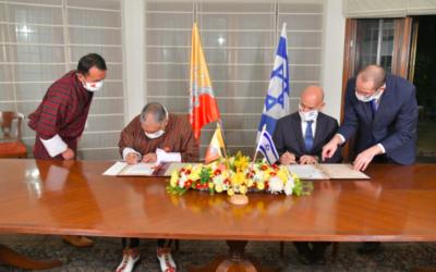 La signature de l'accord avec le royaume du Bhoutan s'est déroulée à la résidence de l'ambassadeur d'Israël en Inde, Ron Malka avec son homologue bhoutanais (Crédit : Ron laka/Twitter)