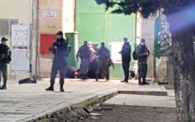 Attaque terroriste au couteau dans la Vieille Ville de Jérusalem, le lundi 21 décembre 2020. (Crédit : Capture d'écran Twitter)