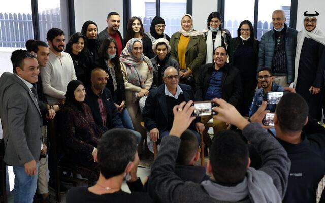 Les participants d'une délégation du Bahreïn et des Émirats arabes unis posent pour une photo avec les habitants de la ville bédouine de Zarzir lors d'une visite en Israël, le 16 décembre 2020. (Judah Ari Gross/Times of Israel)