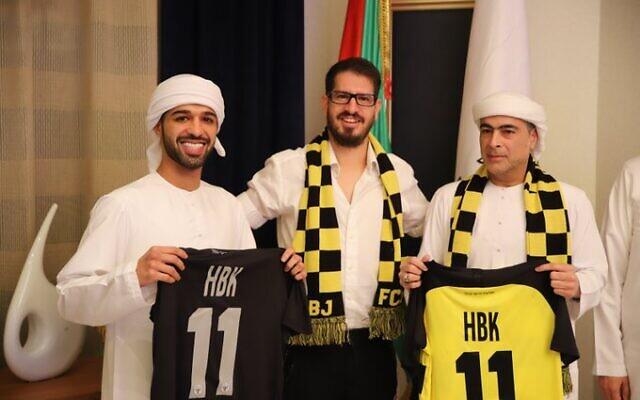 Le propriétaire du Beitar Jerusalem, Moshe Hogeg (au centre), avec un membre de la famille royale des Émirats arabes unis, Sheikh Hamad bin Khalifa Al Nahyan (à droite), qui a acheté la moitié de l'équipe, et son fils le Sheikh Mohammed (à gauche). (Beitar Jerusalem)