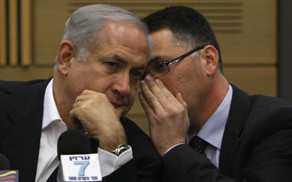 Le Premier ministre Benjamin Netanyahu s'entretient avec Gideon Saar lors d'une réunion du parti du Likud à la Knesset, le 2 mars 2009. (Miriam Alster / FLASH90)
