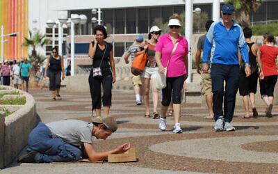 Un mendiant sur la promenade de Tel Aviv. (Gili Yaari / Flash 90)