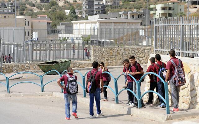 Photo d'illustration : Des élèves arabes sortent de l'école pour rejoindre leurs  leurs habitations à Nahf, sur le plateau du Golan, le 4 octobre 2012. (Crédit :Louis Fisher/Flash 90)