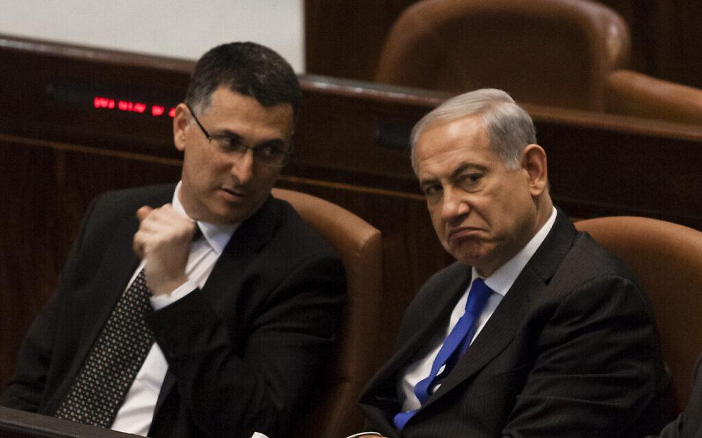 Le Premier ministre Benjamin Netanyahu (à droite) et le ministre de l'Intérieur Gideon Saar, à la Knesset, le 9 juillet 2013. (Flash 90)