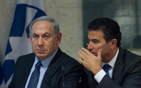 Le Premier ministre Benjamin Netanyahu (à gauche) et le conseiller à la sécurité nationale de l'époque, Yossi Cohen, lors d'une conférence de presse au ministère des Affaires étrangères à Jérusalem, le 15 octobre 2015. (Miriam Alster / Flash90)
