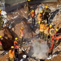 Des équipes de recherche et de sauvetage sortent un troisième corps des décombres d'un parking effondré à Tel Aviv, le 6 septembre 2016. (Miriam Alster/Flash90)