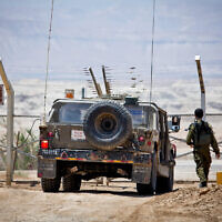Photo d'illustration : Une jeep de l'armée israélienne patrouille le long de la frontière israélo-jordanienne, le 6 mai 2015. (Crédit : Moshe Shai/FLASH90)
