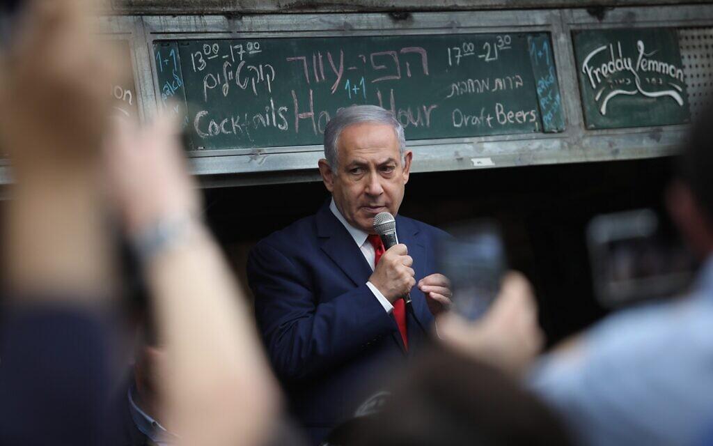 Le Premier ministre Benjamin Netanyahu vu lors d'une tournée de campagne électorale au marché Mahane Yehuda à Jérusalem, le 8 avril 2019. (Hadas Parush/Flash90)