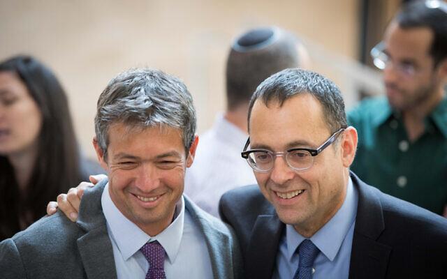 Les membres de la Knesset Yoaz Hendel (à gauche) et Zvi Hauser (à droite) vus à la Knesset, avant la session d'ouverture du nouveau Parlement, le 29 avril 2019. (Noam Revkin Fenton/Flash90)
