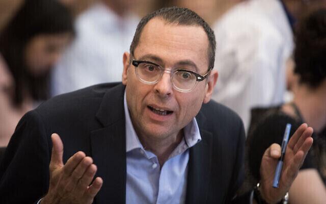 Le député Zvi Hauser lors d'une réunion de la commission de la Knesset le 20 mai 2019. (Crédit : Hadas Parush/Flash90)