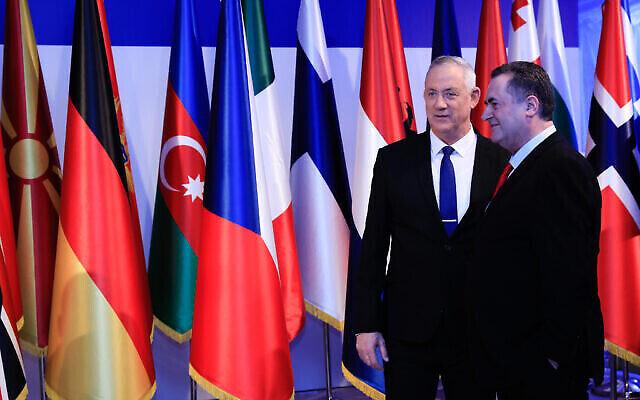 Le chef de Kakhol Lavan Benny Gantz, à gauche, avec Israël Katz, à l'époque ministre des Affaires étrangères, à la résidence du président à Jérusalem, le 22 janvier 2020. (Crédit : Olivier Fitoussi / Flash90)