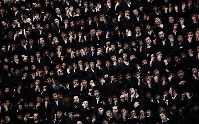 Illustration : Des hommes juifs ultra-orthodoxes lors d'un événement à Jérusalem, le 10 février 2020. (Aharon Krohn/Flash90)