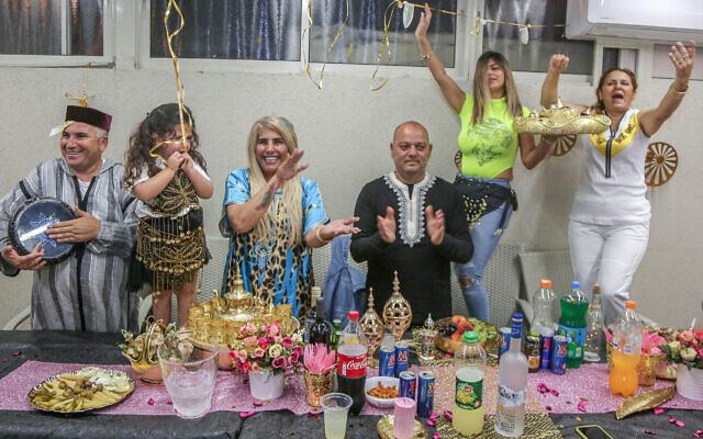 Photo d'illustration : Les membres de la famille Ivgy lors de la fête marocaine de la Mimouna dans la ville d'Ashkelon, dans le sud d'Israël, le 15 avril 2020. (Crédit : Edi Israel/Flash90)
