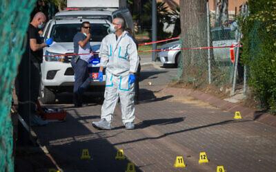 Photo d'illustration : La police enquête sur une fusillade à Rosh Haayin, le 30 avril 2020. (Crédit : Flash90)
