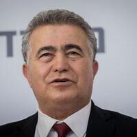 Le ministre de l'Economie Amir Peretz à Jérusalem, le 18 mai 2020. (Yonatan Sindel/Flash90)