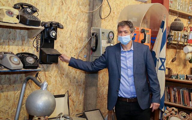 Le ministre des Communications  Yoaz Hendel visi e le musée des Antiquités du Gush Etzion, le 8 décembre 2020. (Crédit : Gershon Elinson/FLASH90)