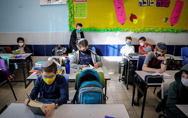 Des élèves en classe dans une école de l'implantation d'Efrat en Cisjordanie, le 24 novembre 2020. (Gershon Elinson / Flash90)